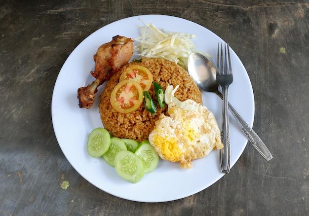 Arroz frito com frango, ovo e legumes. comida indonésia