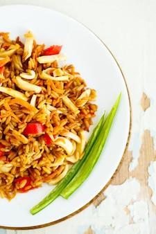 Arroz frito com frutos do mar. cozinha asiática.