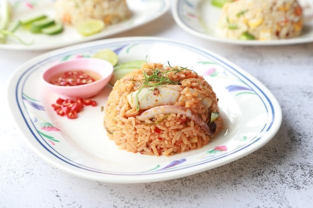 Arroz frito com frutos do mar picantes e pimenta, comida de rua asiática deliciosa e saudável.