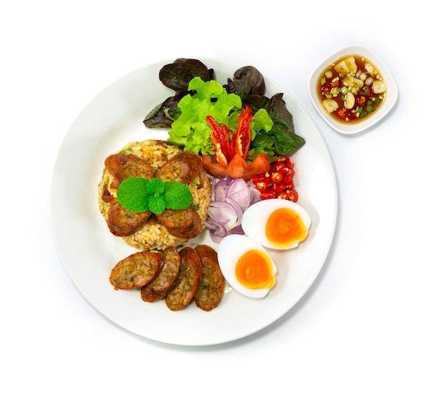Arroz frito com linguiça picante notrhern thai fusão thaifood estilo servido ovo cozido, molho picante de peixe e legumes topview
