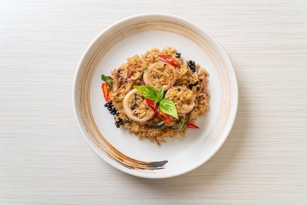 Arroz frito com manjericão caseiro e ervas picantes com lula ou polvo - comida asiática