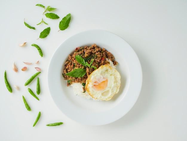 Arroz frito com manjericão de porco com ovo frito, comida tailandesa