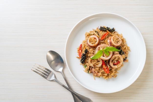 Arroz frito com manjericão e ervas picantes caseiro com lula ou polvo