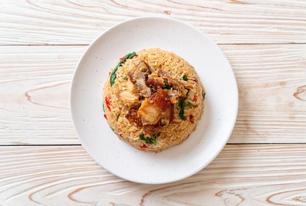 Arroz frito com manjericão tailandês e barriga de porco crocante. estilo de comida tailandesa