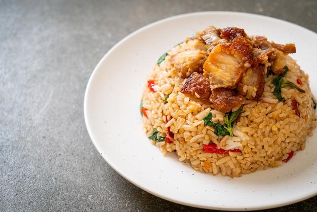 Arroz frito com manjericão tailandês e barriga de porco crocante