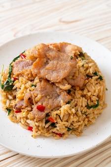 Arroz frito com manjericão tailandês e carne de porco. estilo de comida tailandesa