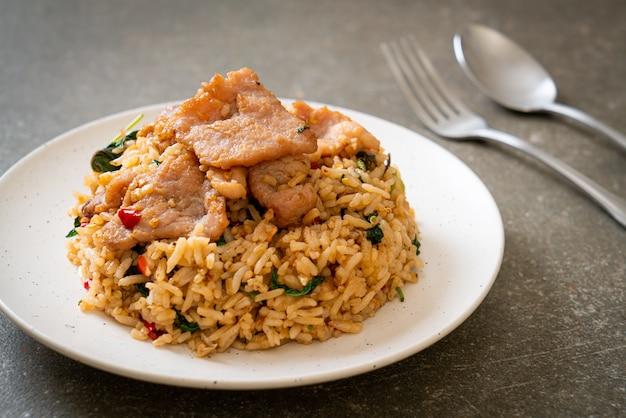 Arroz frito com manjericão tailandês e porco