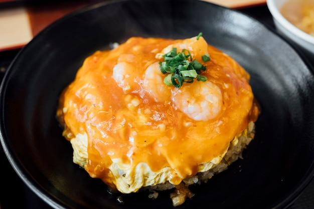 Arroz frito com ovo e camarão