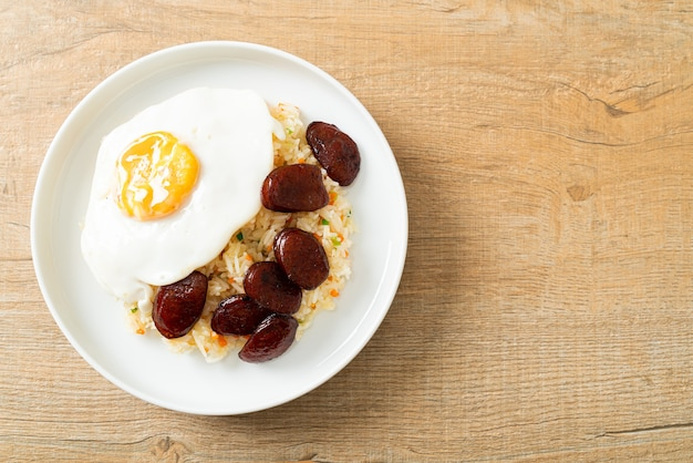 Arroz frito com ovo frito e linguiça chinesa