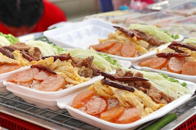 Arroz frito com pasta de camarão