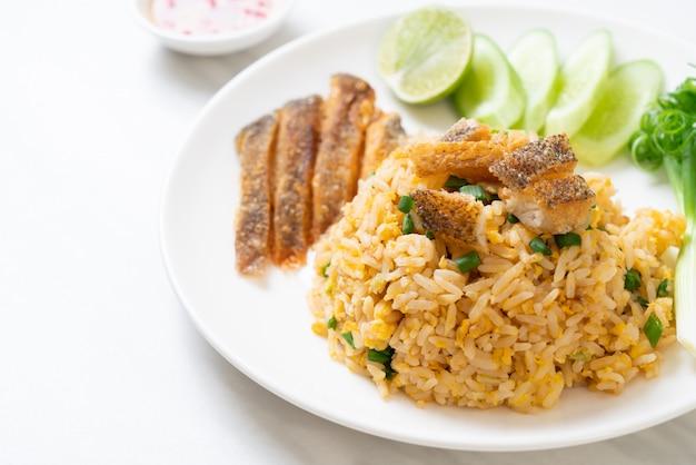 Arroz frito com peixe gourami crocante