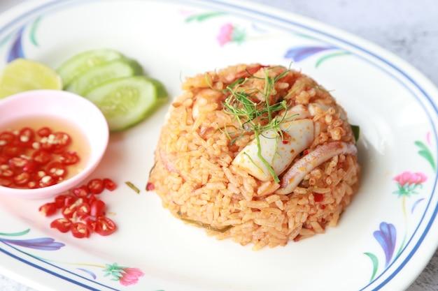 Arroz frito com sopa apimentada de frutos do mar, menu tailandês em restaurante tailandês, comida favorita na ásia