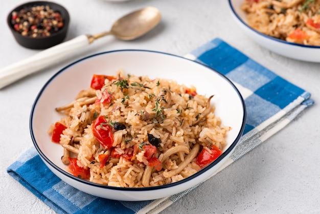 Arroz frito com tomate e cogumelos