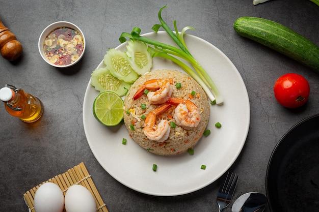 Arroz frito de camarão americano servido com comida tailandesa de molho de peixe de pimenta.