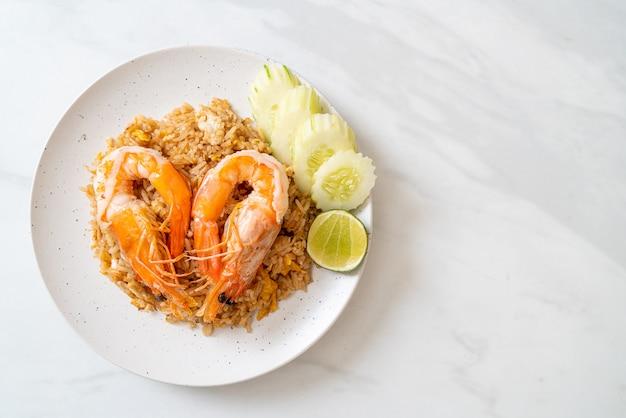 Arroz frito de camarão gigante com pasta de camarão