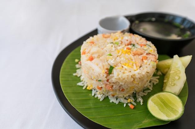 Arroz frito de carne de caranguejo de comida tailandesa com ovo frito, legumes e sopa