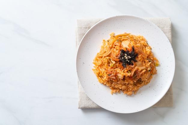 Arroz frito kimchi com algas marinhas e gergelim branco - comida coreana