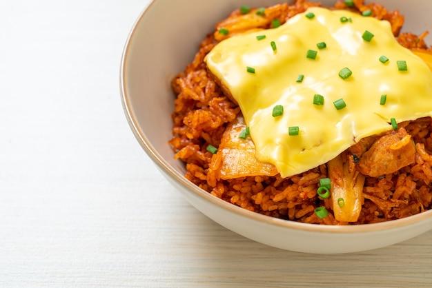 Arroz frito kimchi com carne de porco e queijo coberto - comida asiática e fusion