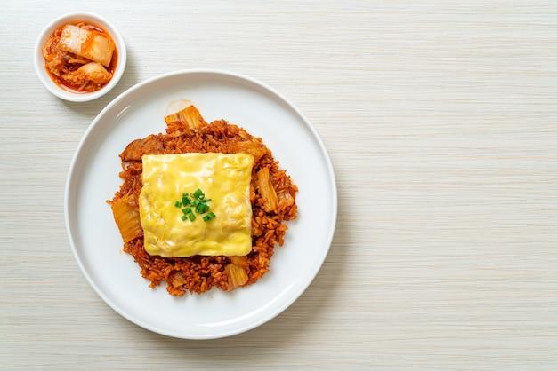 Arroz frito kimchi com carne de porco e queijo coberto. comida asiática e fusion