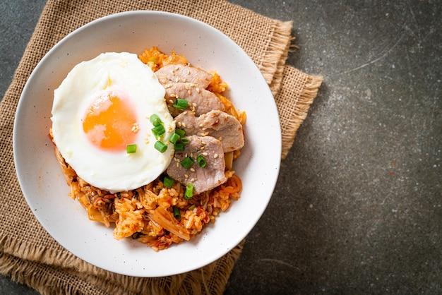 Arroz frito kimchi com ovo frito e carne de porco - comida coreana