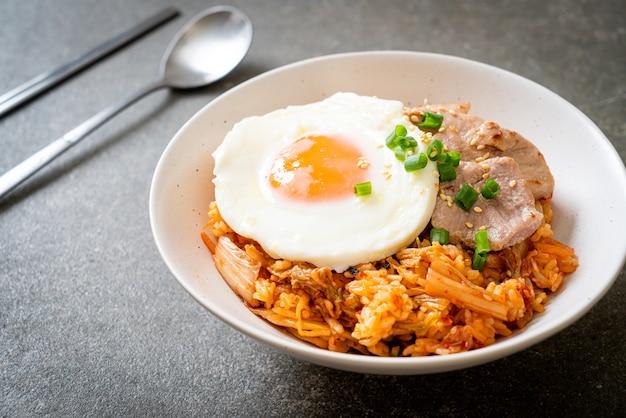 Arroz frito kimchi com ovo frito e porco - comida coreana