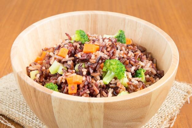Arroz frito vegetariano saudável de arroz de jasmim vermelho marrom e riceberry com brócolis