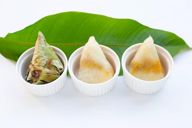 Arroz grelhado em folha de banana com recheio de feijão-mungo
