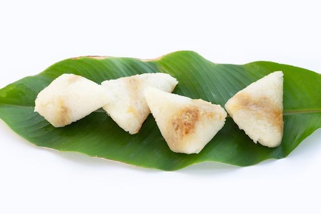 Arroz grelhado em folha de banana com recheio de feijão mungo