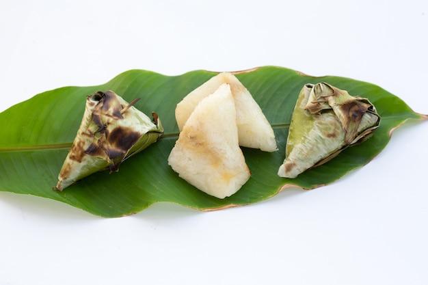 Arroz grelhado grelhado em folha de banana com recheio de feijão mungo