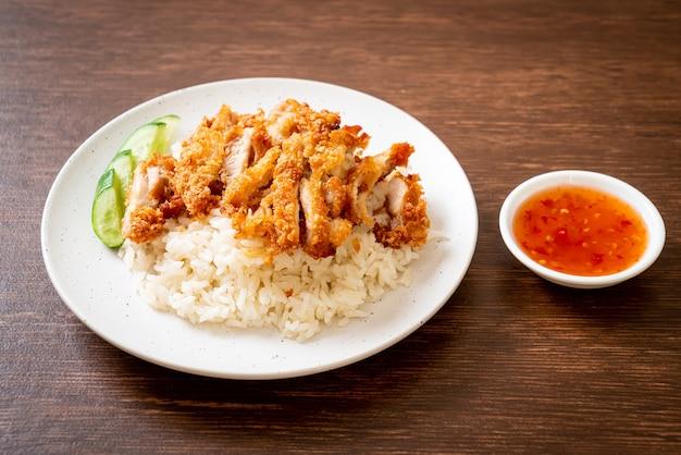 Arroz hainanês de frango com frango frito ou arroz de canja de frango no vapor com frango frito