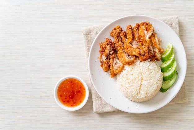 Arroz hainanês de frango com frango frito