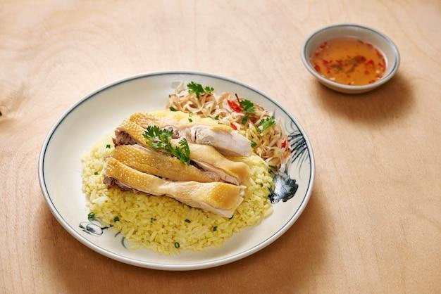 Arroz hoi an chicken é frango cozido no vapor gourmet do vietnã com arroz