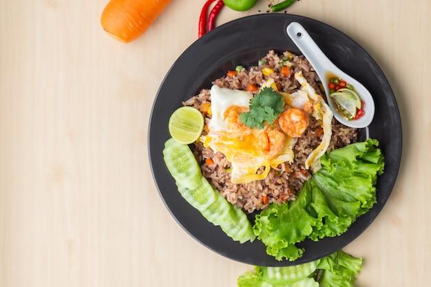 Arroz integral frito com camarão e ovo frito em tailandês