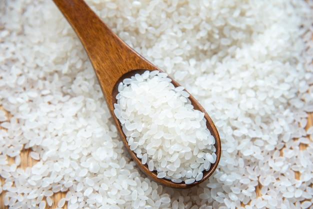 Arroz japonês bonito na esteira japonesa, grão redondo do arroz