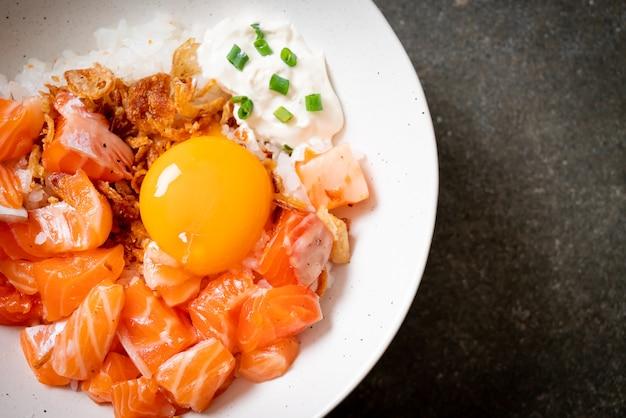 Arroz japonês com salmão fresco cru e ovo em conserva - comida asiática