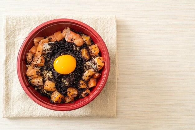 Arroz japonês com salmão fresco cru, tobiko e ovo (salmon don) - comida japonesa
