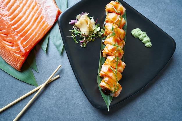 Arroz maki sushi com manga nori foie e cebola doce
