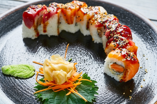 Arroz maki sushi com salmão e atum