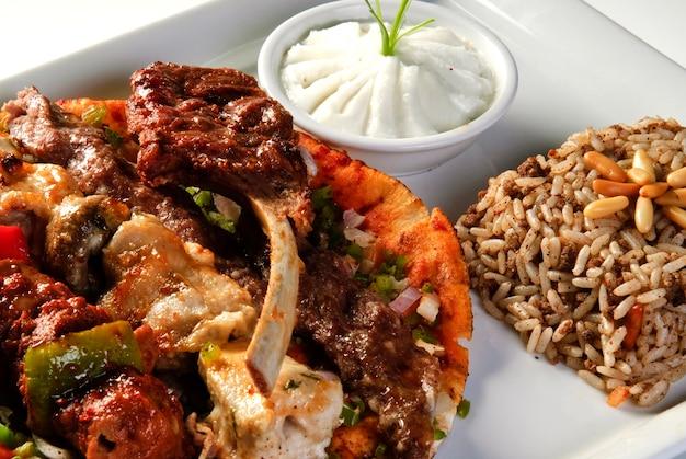 Arroz mandi delicioso da culinária árabe servido com carne de cordeiro