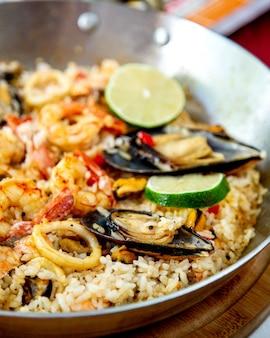 Arroz misturado com legumes e ostras