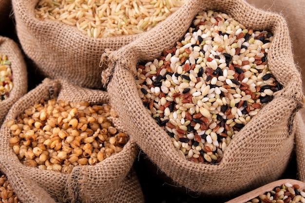 Arroz misturado e vários grãos no saco
