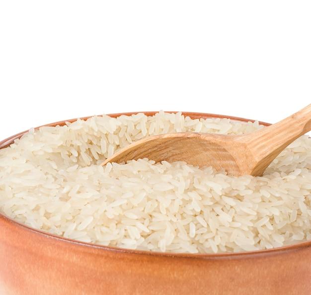 Arroz no prato e colher isolado na superfície branca
