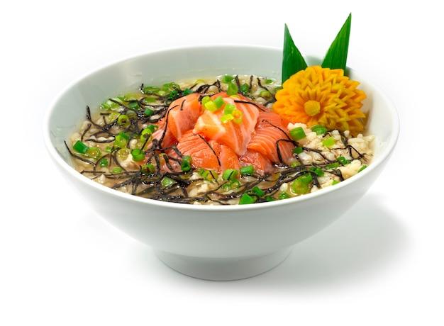 Arroz ochazuke de salmão com sopa de chá tradicional japonês café da manhã prato estilo vista lateral