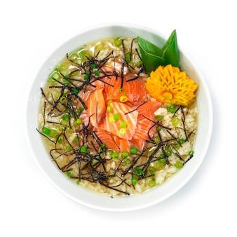 Arroz ochazuke de salmão com sopa de chá tradicional japonês café da manhã prato estilo vista superior