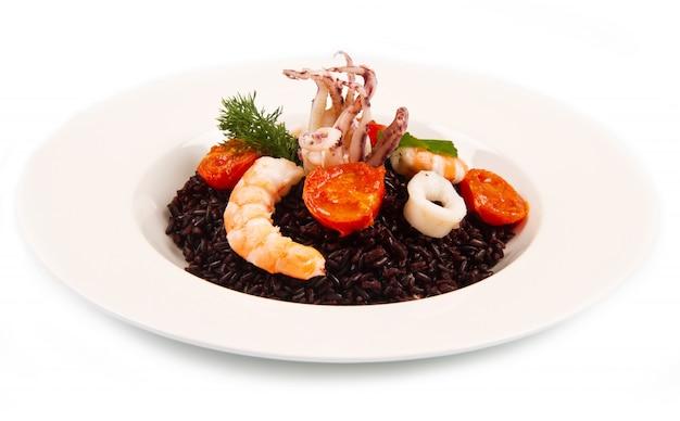 Arroz preto com lula, camarão e tomate