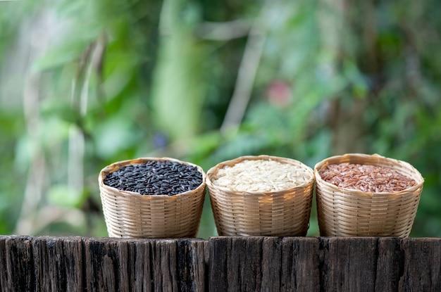 Arroz, riceberry, arroz integral de jasmim, arroz integral vermelho de jasmim na superfície da natureza.