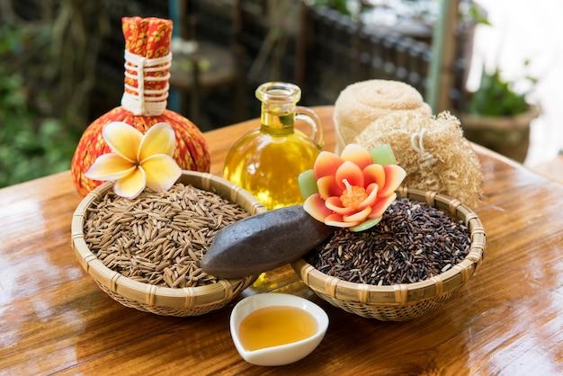 Arroz riceberry, farelo de arroz, arroz em casca e sabão no fundo da natureza.