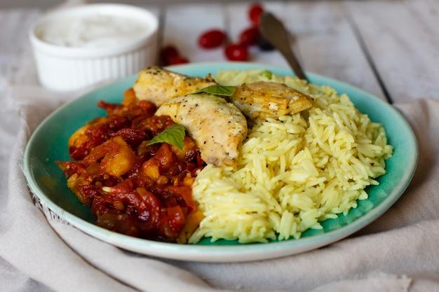 Arroz saboroso e receita indiana chiken