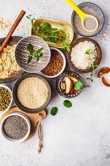 Arroz, sementes de chia, nozes, aveia, trigo mourisco, quinoa, feijões e verdes
