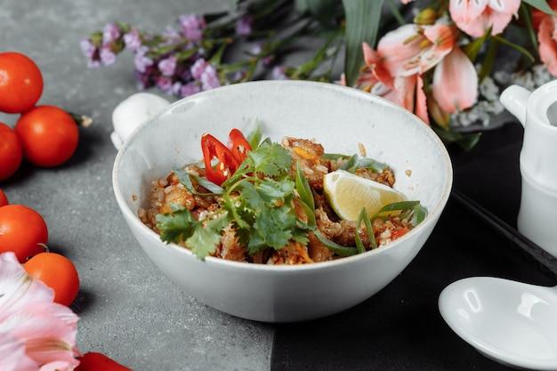 Arroz tailandês com frango e vegetais.